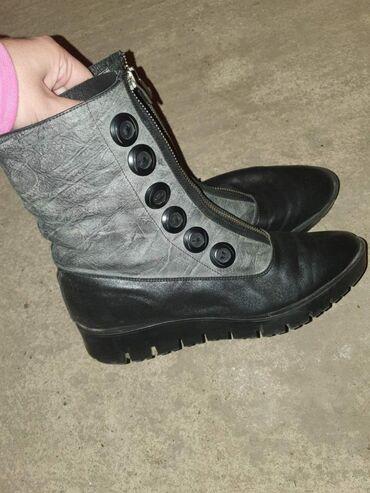 Čizme braon-2000;polu cizme crno-sive 1 800,baletanke 500,cipele