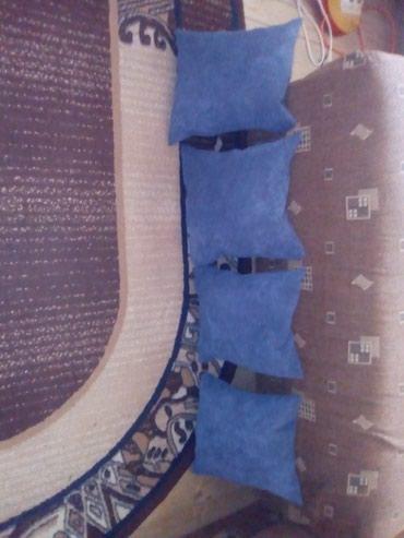 Cetiri majice - Srbija: Cetiri plava jastuka punjena sundjerom