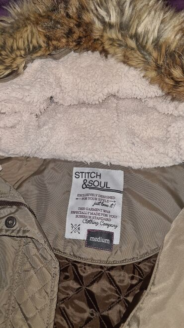 Kratka jakna sa velikim vestackim krznom na kapuljaci velicina M u