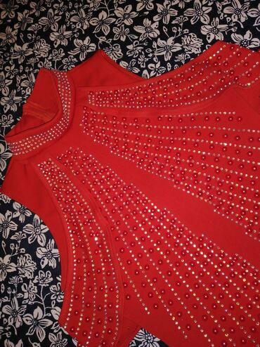 Платье на пракат 44 46р жемчугами подчёркивает фигуру, на три дня