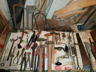Разные инструменты: топоры,тиски, стамески, щипцы, молотки, дрели