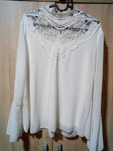 Košulje i bluze - Arandjelovac: Prelepa bluzica sa čipkom oko vrata i zvonastim rukavima.Očuvana bez