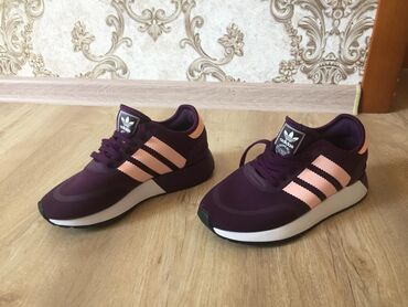 adidas-f в Кыргызстан: Продаю новые кроссовки оригинал «Adidas» Цвет: темно фиолетовый; Разме