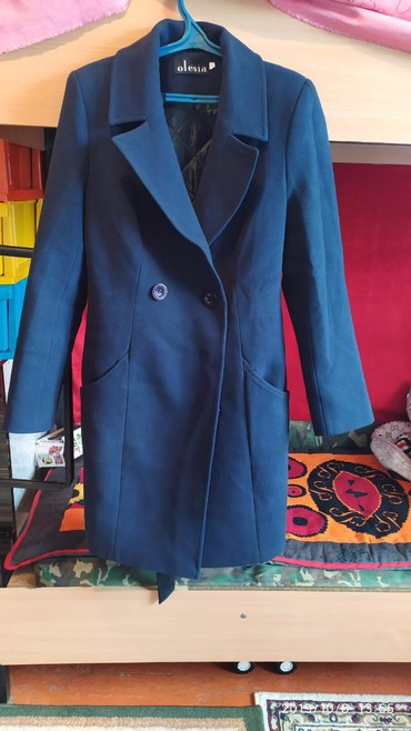 Женское пальто 46 размер темно синего цвета. одевала лишь 2 раза