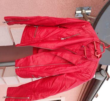 Prelepa crvena jakna C& A, materijal: viskoza presvucena poliureta