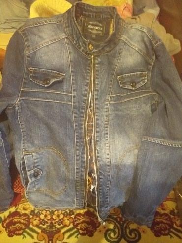 Продаю джинсовую куртку (с капюшоном). в Бишкек