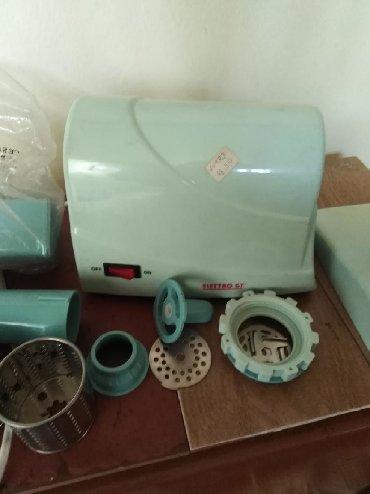 Ostalo za kuću | Kraljevo: Električna mašina za mlevenje mesa sa dodatnim delovima za mlevenje
