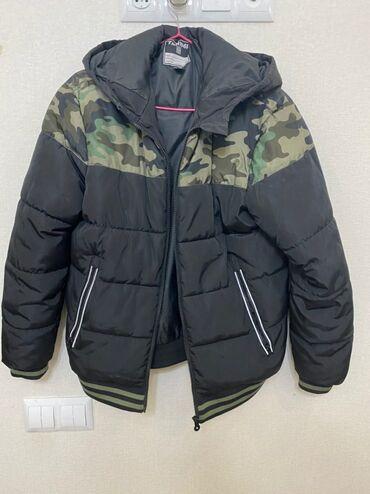 Зимняя куртка: удобная, теплая, черного цвета с рисунком военной