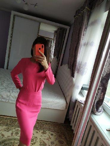 вязаное платье с открытой спиной в Кыргызстан: Нарядное яркое платье с открытой спиной. Длина ниже колен. Размер M
