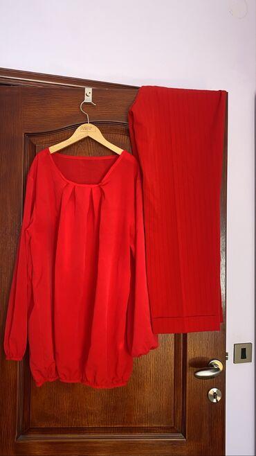 Crvena majica u velicini M/L i crvene pantalone u broju 46. Odlicno