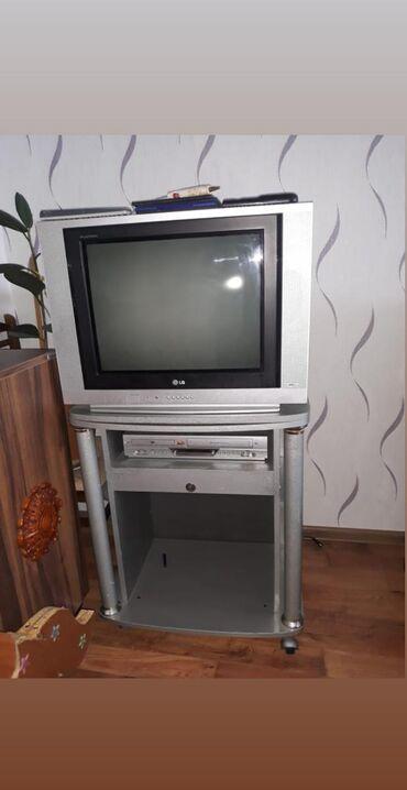 Lg televizor+tv altligi ile birlikde satilir. Rengli gosterir.60 azn