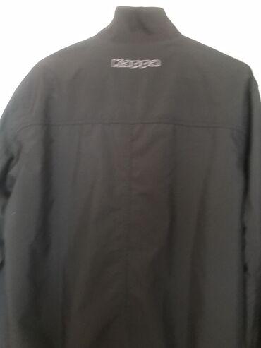 Prelepa crna tanka jaknica muška na rukavima ima kao utisnuto nešto ja