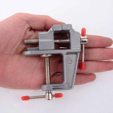 Mala metalna stega sa otvorom za stezanje materijala do 3 cm debljine
