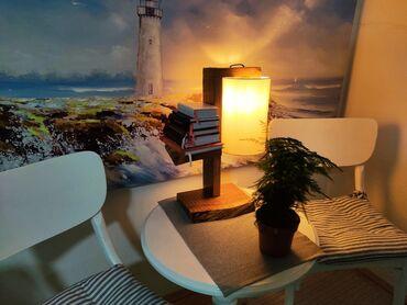 Стона лампа од дрвета са полицом за књиге, неку биљку или нешто друго