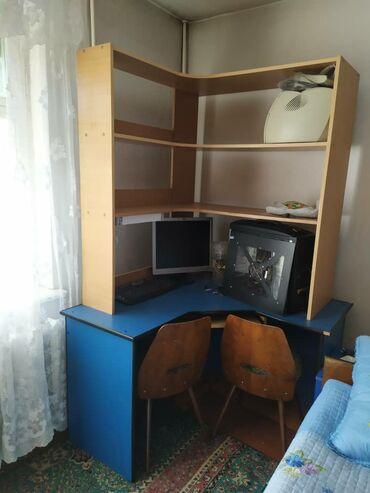 стул для компьютера в Кыргызстан: Компьютерный стол для учащихся, много полок для книг. Выдвижная полка