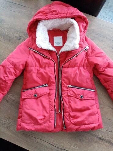 Perjana jakna Zara vel 9. Jakna ima duplo kopčanje veoma je topla i u