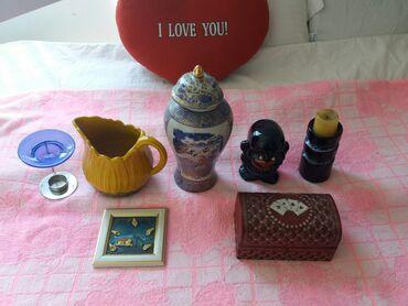 Razne slike, vaze, stare telefone, figure, lustere, stojece