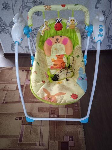 Детские электрокары - Кыргызстан: Продаю шезлонг качалку, состояние хорошее,немного треснула для игрушек