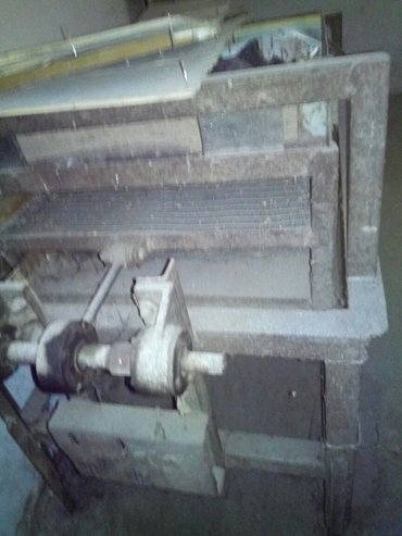 Оборудование для бизнеса в Токмак: Продаю 2 мельницы и просеиватель зерна. б/у. в рабочем состоянии