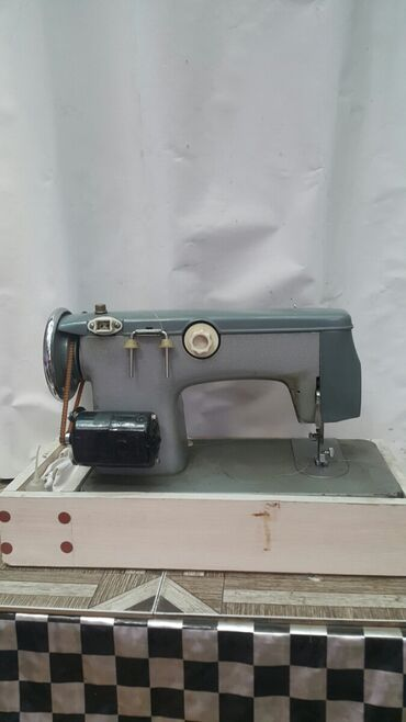 электро швейная машинка в Кыргызстан: Продается швейная машинка на элетропедале. Мотор не работает, но его м