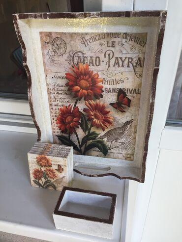 Jedan lap cvetni posluzavnik sa podmetačima dim. posluzavnika 35-25