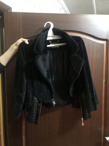 Элегантнаятёплая куртка .Очень подходит под платья и юбкифирма