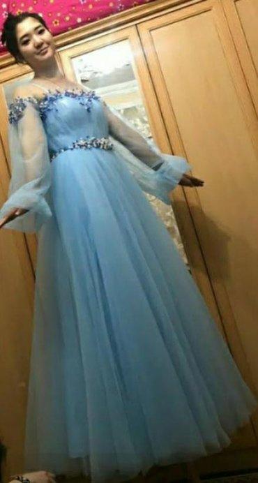 Продаю платье на выпускной обшито камнями новое !