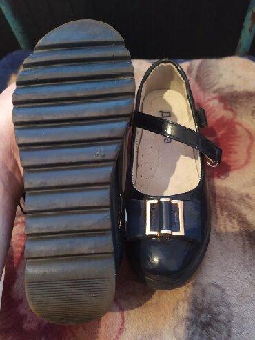 фирменную обувь в Кыргызстан: Продаю вещи б/у туфельки детские 30 размер сумма450сом шапочька детск