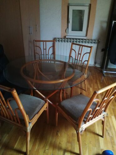 Stakleni sto sa stolicama