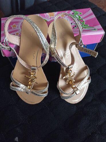 Prelepe zlatne sandalice za devojčice sa cirkonima. Odlično očuvane