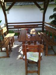 Barska-stolica - Srbija: Bastanska garnitura napravljena od jelovog drveta sa neformastim