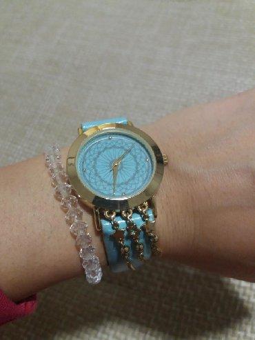 Ženski ručni sat, kao nov. Lepa boja i zanimljiv ukras na donjoj