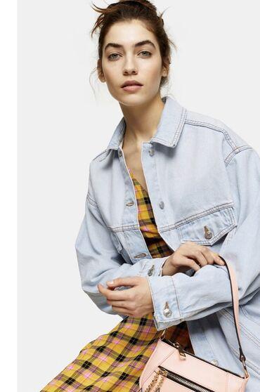 Женские куртки в Кыргызстан: Topshop, Оригинал🇬🇧 М/L .Новая!!Актуальная Джинсовая куртка oversized