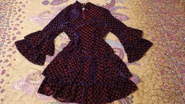 Очень красивое велюровое платье с принтом Гуччи красивой ленточкой на