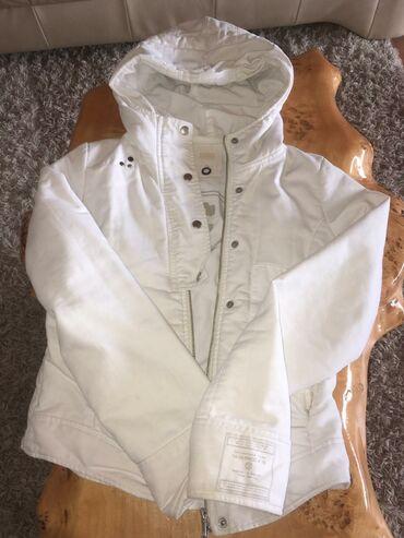 Obe jakne su S velicina iz Svajcarske,nema ostecena,malo nosene,cena