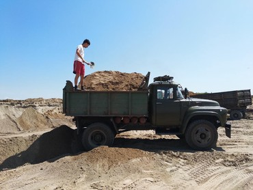Грузовые перевозки - Кок-Ой: Реализуем отсев, песок щебень, горный чернозём чистый рыхлый без