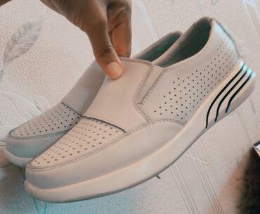 Личные вещи - Кара-Суу: Продаю белая кросовка очень легкая. Размер 39 маломерка.Одевали 2раза