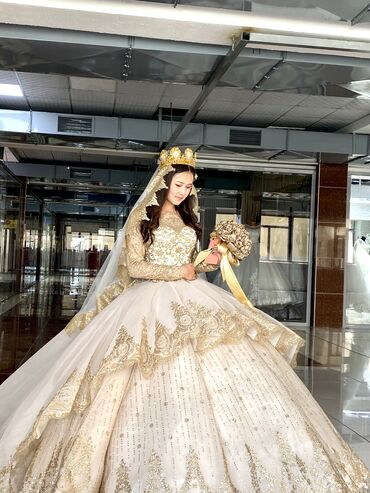Свадебные платья и аксессуары - Бишкек: Прокат шикарная свадебное платье в живую очень красиваяесть своя