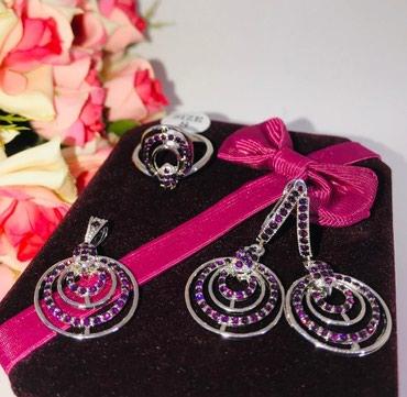Комплект:серьги,кольцо,кулон,с мелкими бордовыми камнями. в Бишкек