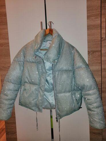 Na prodaju svetlo plava jakna, sa šljokicama.Veličine MKupljena pre