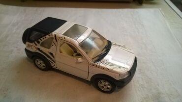 Avtomobil modelləri | Srbija: Burago Land Rover, 1 24, beli. ocuvan, nalepnice izgrebane, a fali
