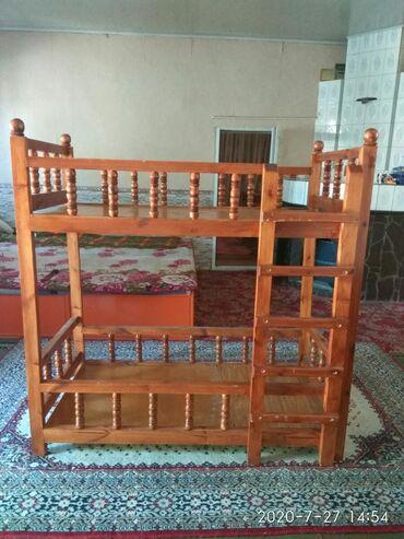 Детская мебель - Цвет: Красный - Бишкек: Состояние отличное,с красного дерево,детская двух спалка.ширина