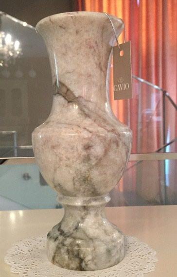 Ваза из мрамора,тяжелая,красивая,стильная,высота 25 см. в Бишкек