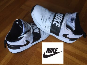 Duboke patike NIKE,veličina 35.  Nike Team Hustle su duboke patike diz
