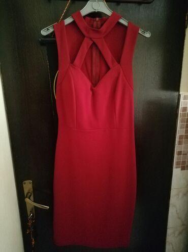 Crvena uska haljina do kolena. Vel univerzalna. I ucena samo jednom na