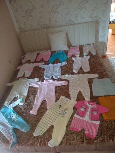Na prodaju paket odeće za bebe...14 pari štraplica + 2 prsluka .... - Cuprija