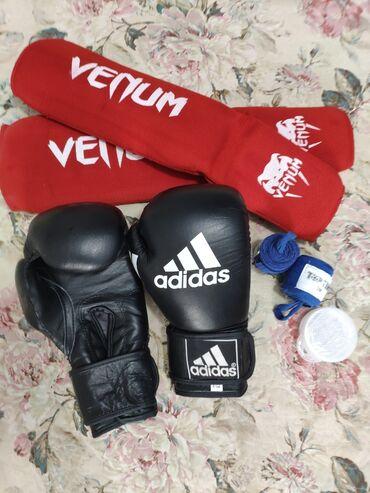 Перчатки - Кыргызстан: Продаю б/у боксерские перчатки (размер 8), ленты (по 3м), наколенники
