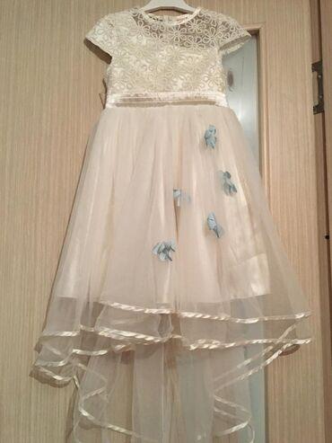 Детский мир - Александровка: Бальное белое платье с нежными голубыми цветочками Размер: на 6-7 лет