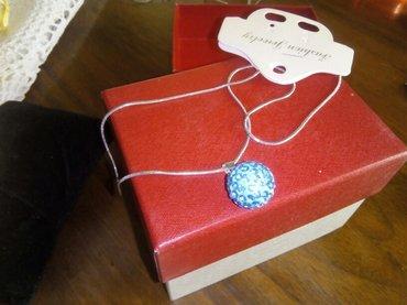 Ogrlica srebrnastog lančića i priveska od plave manistre, nova - Leskovac