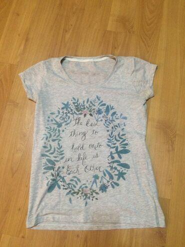 Cetiri majice - Srbija: Majica kratkih rukava. Boja između bež i sive sa lepim printom.  Bez i